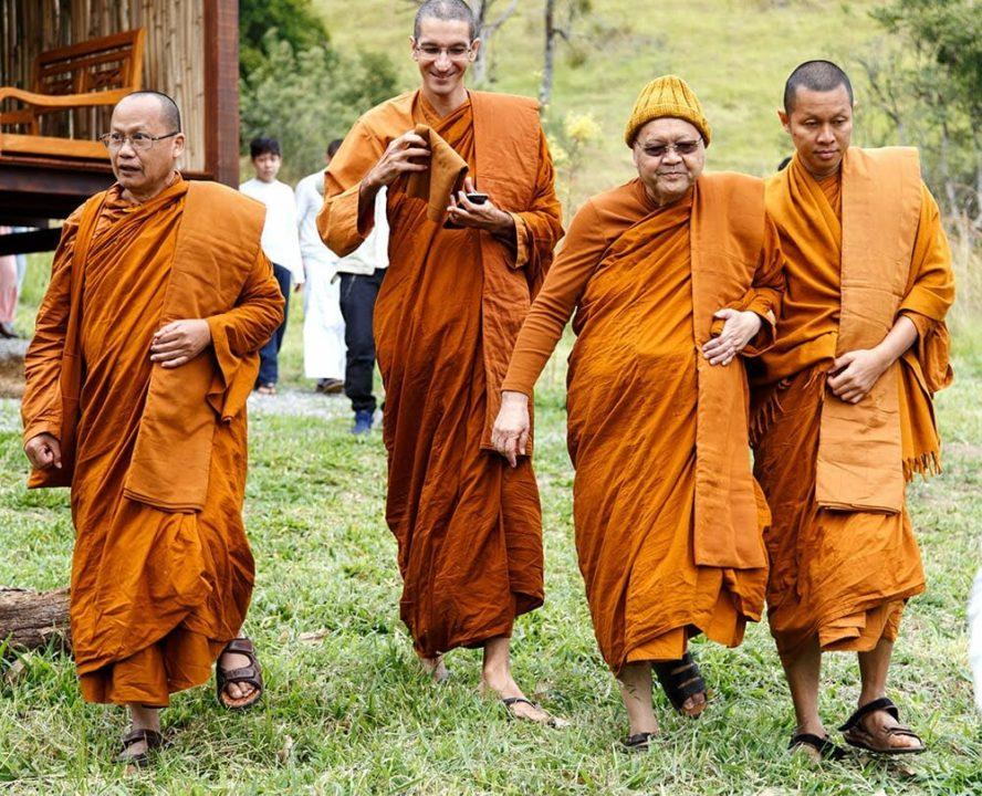 Monges da linhagem Theravada no mosteiro Suddhavari.